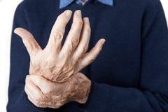 Schließen Sie oben vom älteren Mann, der mit Arthritis leidet lizenzfreie stockfotografie