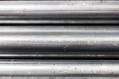 Schließen Sie, oben vom Abschnitt von den Stahlrohren, die auf einander/gestapelt werden, maserte metallischen Hintergrund lizenzfreies stockbild