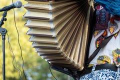 Schließen Sie oben vom Akkordeon und vom Akkordeonspieler vor mic, der an Klezmer-Konzert der jüdischen Musik in Regent's Park in stockbild