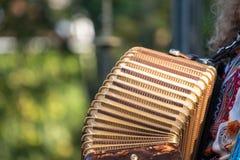 Schließen Sie oben vom Akkordeon und von Akkordeonspieler, die an Klezmer-Konzert der jüdischen Musik in Regentem ` s Park in Lon lizenzfreie stockfotografie