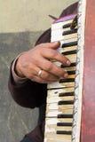 Schließen Sie oben vom alten Bettler Woman Playng ein schmutziges Akkordeon im str lizenzfreie stockbilder