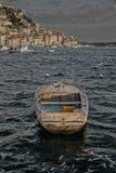 Schließen Sie oben vom alten hölzernen Boot auf dem Meer stockfotos