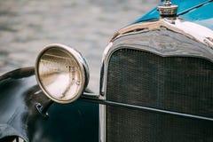 Schließen Sie oben vom alten Weinleseblauauto Stockfotos