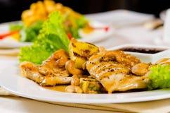 Schließen Sie oben vom Ananas-Acajoubaum-Hühnerteller Stockfotos