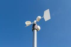 Schließen Sie oben vom Anemometer auf den Pfosten gegen den klaren blauen Himmel Lizenzfreies Stockbild