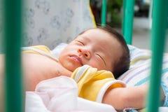 Schließen Sie oben vom asiatischen Baby-Schlafen Lizenzfreies Stockfoto