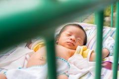 Schließen Sie oben vom asiatischen Baby-Schlafen Lizenzfreie Stockfotos