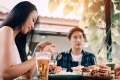 Schließen Sie oben vom asiatischen Leutemittag im Restaurant lizenzfreies stockfoto