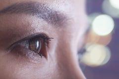 Schließen Sie oben vom Auge der Frau, Seitenansicht lizenzfreie stockfotos