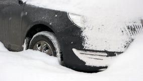Schließen Sie oben vom Auto, das im Schneeantrieb gehaftet wird stock video footage
