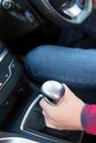 Schließen Sie oben vom Auto-Fahrer Changing Gear Stockfotos