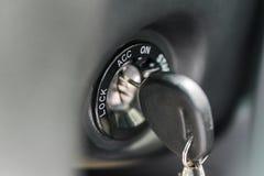 Schließen Sie oben vom Autoschlüssel im Schlüsselloch für Zündung Autoschlüssel in der Zündung ungefähr, zum des Autos anzustelle stockbild