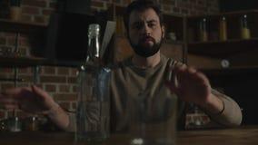 Schließen Sie oben vom bärtigen Mann, der Ablehnung vom Alkohol zeigt stock video