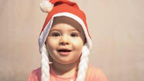 Schließen Sie oben vom Baby mit Santa Claus-Hut stock video footage