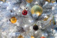 Schließen Sie oben vom Baum der weißen Weihnacht mit goldenem glittery Weihnachten stockbild