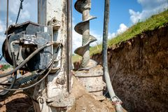 Schließen Sie oben vom Bohrer, die industrielle Ölplattform, die ein Loch macht Stockbilder
