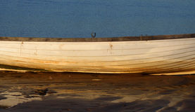 Schließen Sie oben vom Boot auf dem Strand Stockbilder