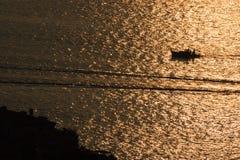 Schließen Sie oben vom Boot, das in Sonnenunterganghimmel auf Adria-Küstenlinie, piran, Slowenien reist lizenzfreies stockfoto