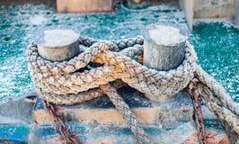 Schließen Sie oben vom Boots-Seil, das auf Tabelle acht Bügel-Problem gebunden wird Stockfotografie