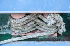 Schließen Sie oben vom Boots-Seil, das auf Tabelle acht Bügel-Problem gebunden wird Lizenzfreies Stockfoto