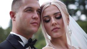 Schließen Sie oben vom Bräutigam und von der Braut Schöne Hochzeitspaare im Park Stilvolle Jungvermählten stock video footage