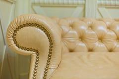 Schließen Sie oben vom braunen Lehnsessel für Möbel Lizenzfreie Stockfotografie