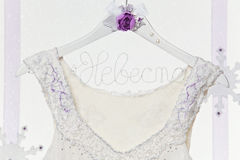 Schließen Sie oben vom Brautkleid auf Aufhänger Stockbild