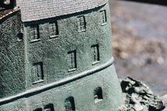 Schließen Sie oben vom Bronzemodell des Schlosses in Rapallo - Italien Lizenzfreies Stockfoto