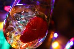 Schließen Sie oben vom Cocktail mit Erdbeer- und Eiswürfeln stockfoto
