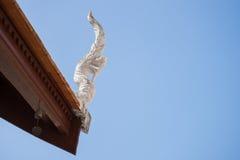 Schließen Sie oben vom Dach im thailändischen Tempel Stockfotos
