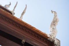 Schließen Sie oben vom Dach im thailändischen Tempel Lizenzfreie Stockfotos