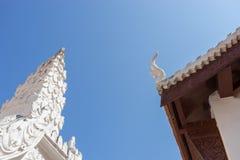 Schließen Sie oben vom Dach im thailändischen Tempel Stockbilder