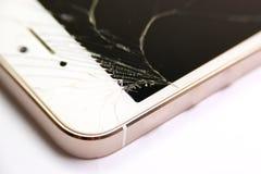 Schließen Sie oben vom defekten intelligenten Telefon, das auf weißem Hintergrund lokalisiert wird und masern Sie Lizenzfreie Stockfotos