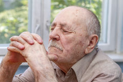 Schließen Sie oben vom Denken des älteren Mannes Lizenzfreie Stockfotos