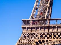 Schließen Sie oben vom Eiffelturm unter blauem Himmel Stockfotografie