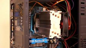 Schließen Sie oben vom elektronischen Brett mit Komponenten stock video