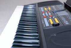 Schließen Sie oben vom elektronischen Tastatursynthesizer Lizenzfreie Stockfotografie