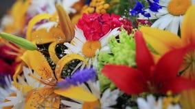Schließen Sie oben vom enormen Blumenstrauß, welche Fliedern, Rosen, Tulpen, Lilien, Gänseblümchen und aus anderem bunte Blumen d stock video