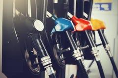 Schließen Sie oben vom Erdölbenzinstationsservice - ölen Sie Brennstoffaufnahme und das Wieder füllen für Autotransportkonzept Stockbild
