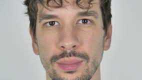 Schließen Sie oben vom ernsten jungen zufälligen Mann-Gesicht, weißer Hintergrund stock footage