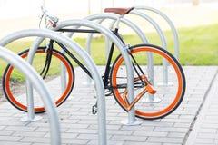 Schließen Sie oben vom Fahrrad, das am Straßenparken zugeschlossen wird Lizenzfreies Stockbild