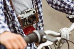 Schließen Sie oben vom Fahrrad und von einer Retro- Kamera Stockfoto