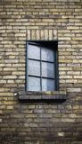 Schließen Sie oben vom Fenster auf einer verwitterten Backsteinmauer Lizenzfreies Stockbild