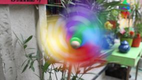 Schließen Sie oben vom Feuerrad mit Windkraftanlage, differenzialer Fokus stock video footage