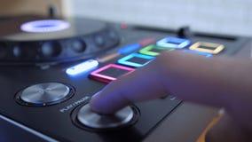 Schließen Sie oben vom Finger, der den Knopf drückt, um Musik zu spielen lizenzfreie stockbilder