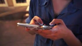 Schließen Sie oben vom Frauenmädchen, das ihr intelligentes Telefon auf Straßenseite verwendet stock video