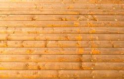 Schließen Sie oben vom gelben Blockhauswandhintergrund Stockfoto