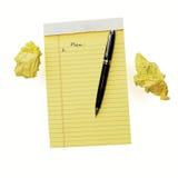 Schließen Sie oben vom gelben Notizblock, der auf weißem Hintergrund lokalisiert wird Stockbild
