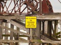 Schließen Sie oben vom gelben Sicherheitszeichen kein Klettern oder Festmachen Stockfotografie