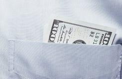 Schließen Sie oben vom Geld in der männlichen Klagentasche Setzt Geld in Ihre Tasche ein Stockfotografie